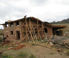 Екокъща се е ширнала на голяма открита поляна над белоградчишкото село Чифлиците