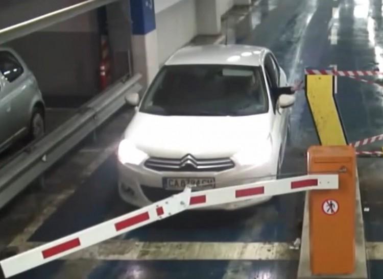 Жена повали бариера в столичен паркинг