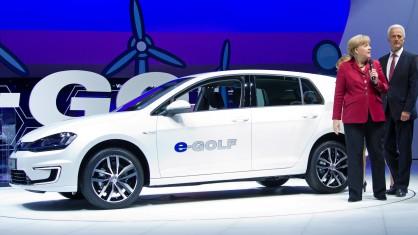 Германският канцлер Ангела Меркел се запознава с Volkswagen e-Golf