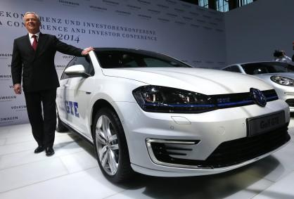 Шефът на Volkswagen позира с Golf GTE
