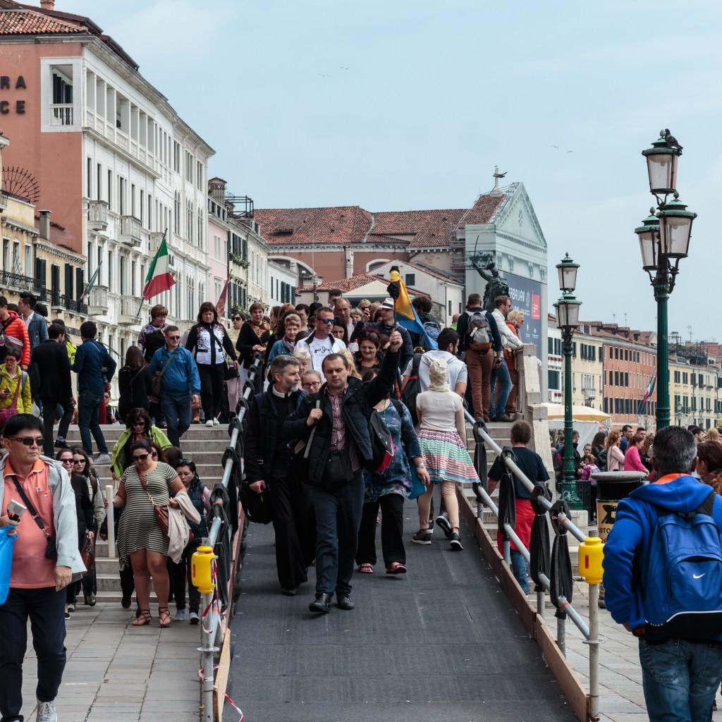"""Тълпи от туристи непрекъснато """"пъплят"""" по крайбрежните улички и мостчета на Венеция"""