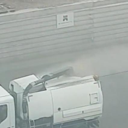 Повредената боклукчийска кола бълваше прах по софийските улици