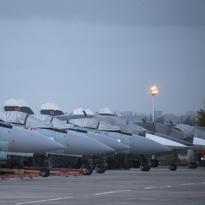 Руски изтребители С-27 и бомбардировачи Су-34  в базата Хммейм в Сирия