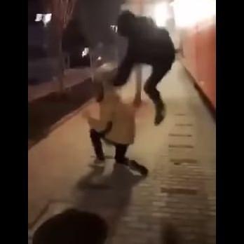 Най-бруталният от тримата нападатели нанася ритници в главата на падналото момче
