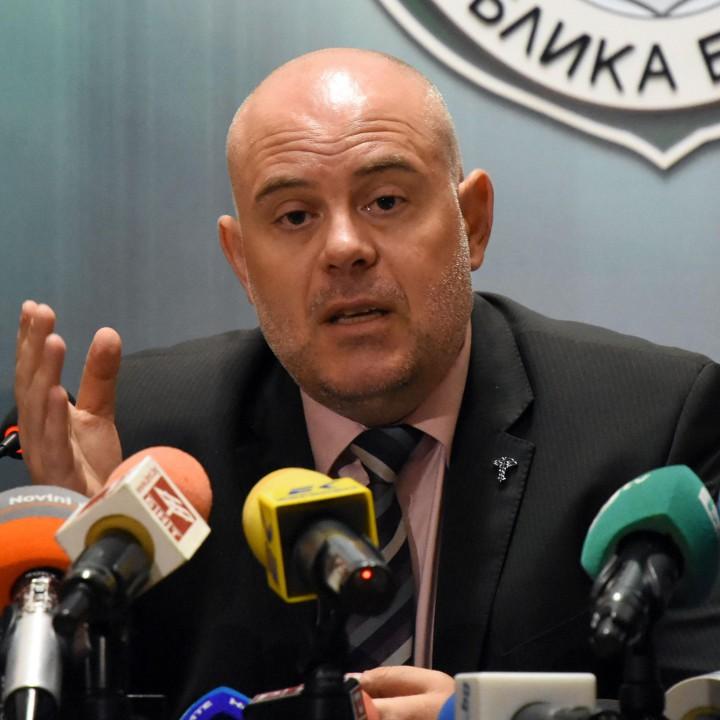 Иван Гешев изключи версията за подхвърляне на парите в колата на кметицата