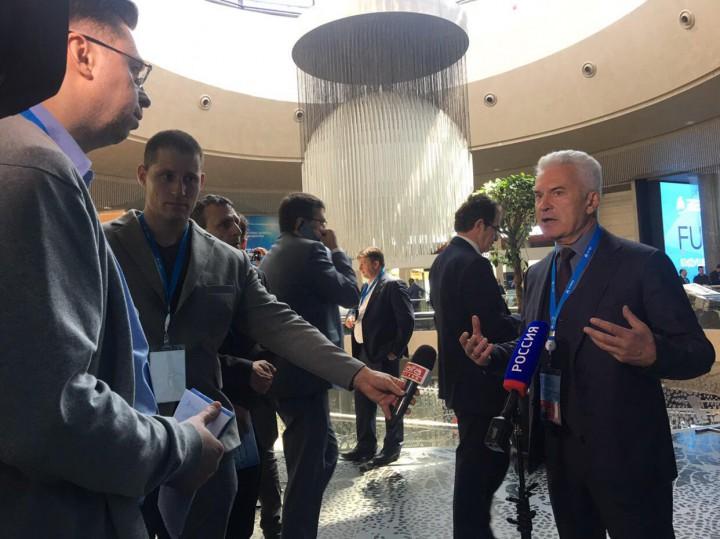 Волен Сидеров заобиколен от журналисти на международния форум в Крим