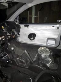 Хванаха шофьор да кара без волан и седалка