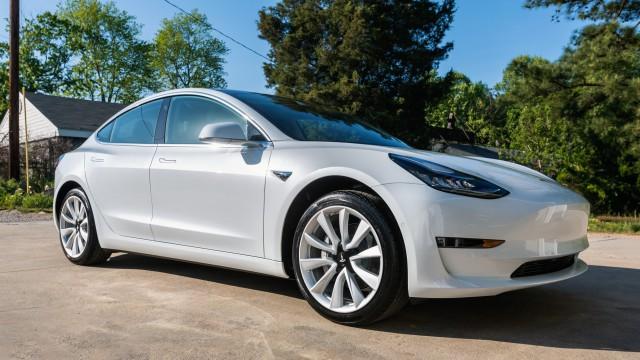 Блондинка зарежда Tesla с бензин (видео)