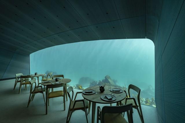 Първи подводен ресторант отвори врати в Европа (видео)