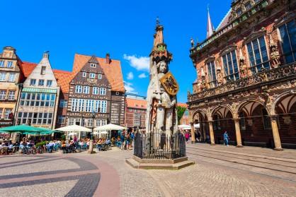 Пищно украсената сграда на кметството и статуята на Роланд на централния градски площад на Бремен