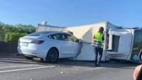 Tesla на автопилот се заби в преобърнат камион (видео)